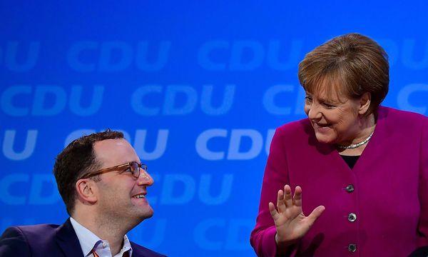 Jens Spahn könnte Angela Merkel noch einige Koalitionskonflikte einbringen. / Bild: APA/AFP/TOBIAS SCHWARZ