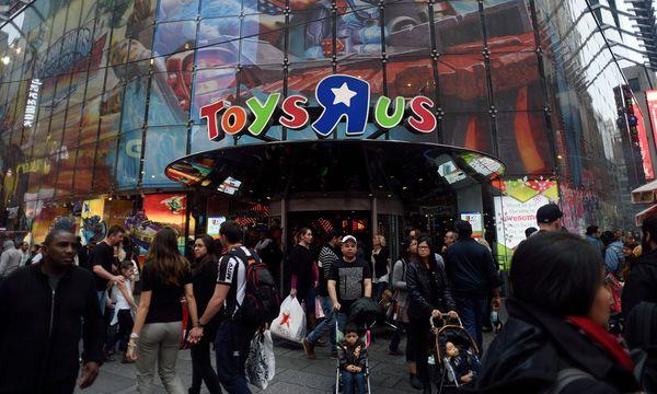 Der Eindruck trügt: So lebhaft ging es vor Toys'R'Us-Läden zuletzt nur mehr beim Weihnachtsgeschäft zu. / Bild: (c) APA/AFP/DON EMMERT