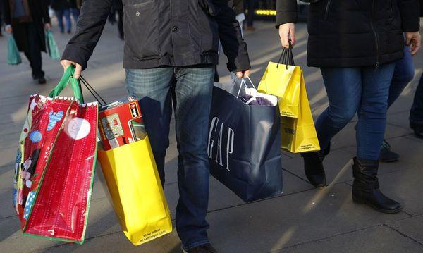 Mann mit vielen Einkaufstaschen / Bild: REUTERS