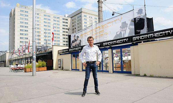 Archivbild: Investor Michael Tojner vergangenen Mai vor dem Eislaufverein bzw. dem Hotel Intercontinental / Bild: Clemens Fabry / Die Presse