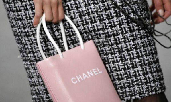 (c) imago/ZUMA Press Essenziell. Zwischen Einkaufssackerl und Handtasche. Chanel 2009.
