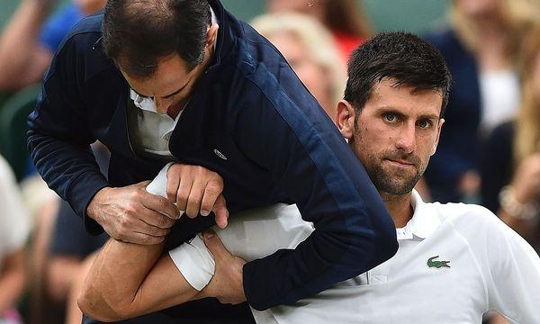 Novak Djokovic lässt sich behandeln / Bild: APA/AFP/GLYN KIRK