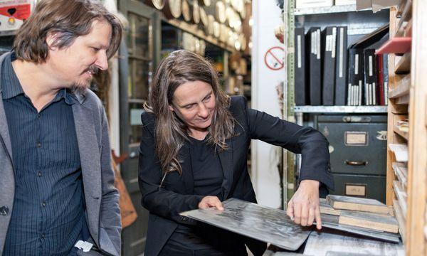 (c) Carolina Frank Fündig. Szenebildner Hannes Salat und Renate Martin von Donmartin Supersets stöbern bei Props.Co.