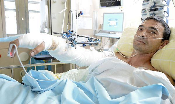 Tibor A. nach der Operation am 11. Mai. / Bild: APA/HERBERT NEUBAUER