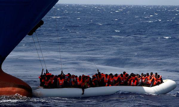 Migranten in einem Schlauchboot kurz vor ihrer Rettung. / Bild: REUTERS