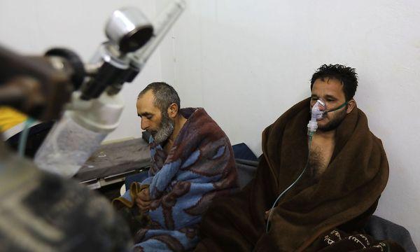 Verletzte eines mutmaßlichen Giftgasangriffs im Nordwesten Syriens. / Bild: APA/AFP/OMAR HAJ KADOUR