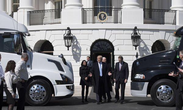 Donald Trump, jüngst bei einem Trucker-Treffen vor dem Weißen Haus: Schwer sind die Probleme, die sich seiner Regierung stellen – und sie sind auch oft selbst gemacht. / Bild: (c) imago/UPI Photo