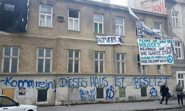 Eine Außenaufnahme des besetzten Hauses am Dienstag / Bild: APA/HERBERT P. OCZERET