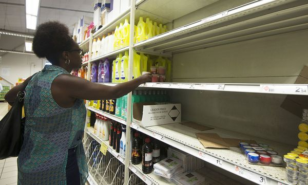 Putzmittel gibt es noch, Zünder, Kerzen und Ähnliches ist in Pointe-a-Pitre auf Guadeloupe schon ausverkauft. / Bild: APA/AFP/HELENE VALENZUELA