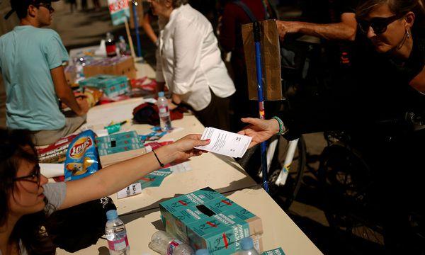 Studenten informieren über die Wahl am Sonntag. / Bild: REUTERS