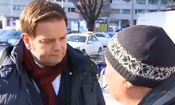 FPÖ-Tirol-Spitzenkandidat Abwerzger (l.) im Gespräch mit einem Mann. Die Sequenz, gefilmt vom ORF, wurde zum Politikum. / Bild: Screenshot ORF
