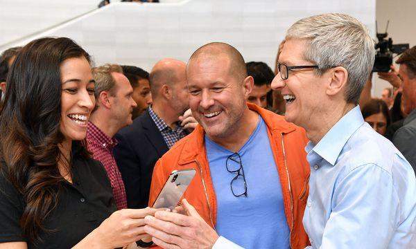 Apple-Chef Tim Cook hat mit dem neuen iPhone X seine Freude / Bild: AFP (JOSH EDELSON)