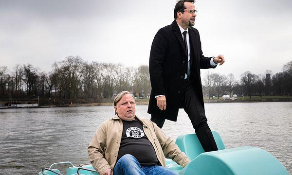 Ermittlungen auf dem Wasser: Frank Thiel (Axel Prahl, l.) und Professor Boerne (Jan Josef Liefers, r.) / Bild: (c) ORF (Willi Weber)
