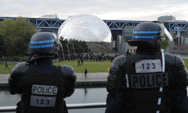 Ein Sonderkommando der Polizei bei einer Wahlkampfveranstaltung im Einsatz. / Bild: REUTERS