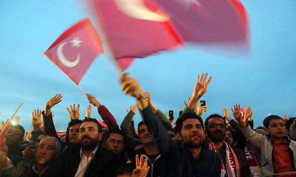 Anhänger des türkischen Präsidenten. / Bild: APA/AFP/ADEM ALTAN