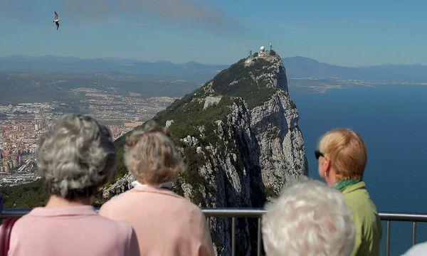 Touristen blicken auf Gibraltar  / Bild: REUTERS