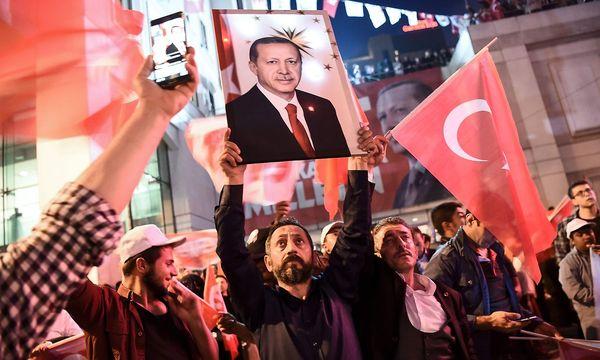 Anhänger des türkischen Präsidenten. / Bild: APA/AFP/OZAN KOSE