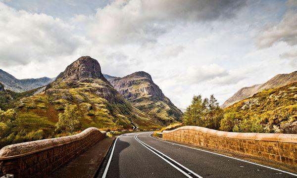 (c) Stefan Bogner/Curves  Straße. Die kleinen Straßen quer durch die Highlands motivieren zum Cruisen.
