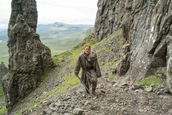Ein Auserwählter wider Willen: Artus (Charlie Hunnam) wandelt durch eine unnötig verkomplizierte Handlung. / Bild: (c) Daniel Smith (Daniel Smith)
