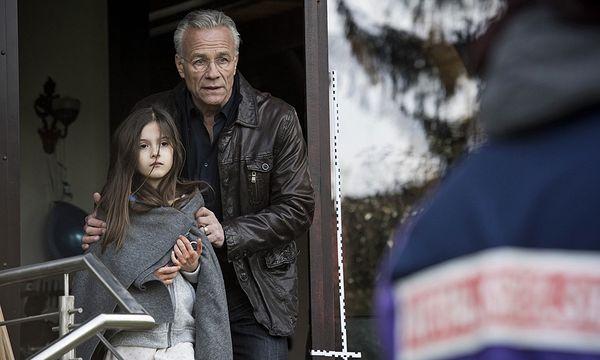 Anna (Julie-Helena) wird von Kommissar Max Ballauf (Klaus J. Behrendt) in Sicherheit gebracht. Sie hat nur überlebt, weil sie sich versteckt hat.  / Bild: (c) WDR/Martin Valentin Menke