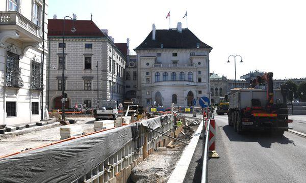 Die umstrittene Baustelle am Wiener Ballhausplatz / Bild: APA/HELMUT FOHRINGER