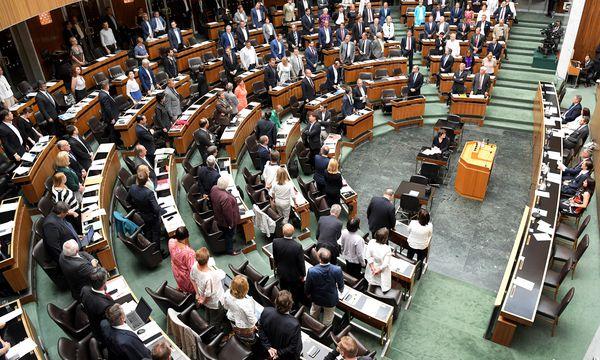 (Fast) alle Nationalratsabgeordneten erhoben sich am Donnerstag im Plenarsaal von ihren Stühlen – und stimmten so dem Neuwahlantrag zu.  / Bild: (c) APA/ROLAND SCHLAGER (ROLAND SCHLAGER)
