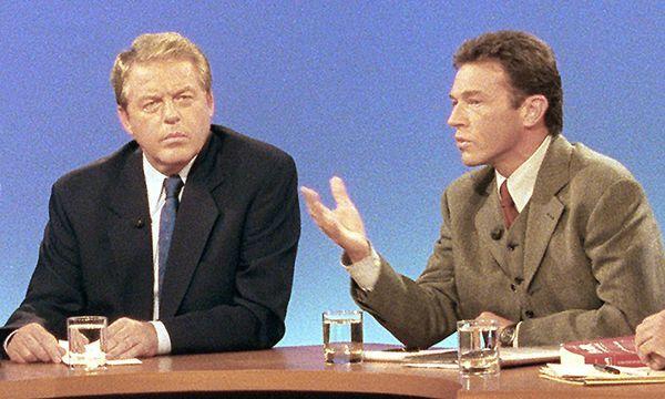 Einige Konfrontationen sind mittlerweile Teil der heimischen Politgeschichte – etwa jenes zwischen Kanzler Franz Vranitzky (SPÖ; links) und Jörg Haider (FPÖ) im Jahr 1994, in dem Letzterer erstmals eines der mittlerweile berühmten Taferl auspackte und damit für Verunsicherung sorgte.  / Bild: APA