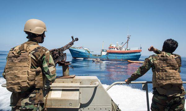 Von der EU mitfinanziert, bringt Libyens Küstenwache Flüchtlingsboote auf. Die Festgenommen werden danach interniert.  / Bild: (c) APA/AFP/TAHA JAWASHI