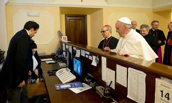 Der Papst begleicht seine Hotelrechnung. / Bild: (c) EPA (OSSERVATORE ROMANO)