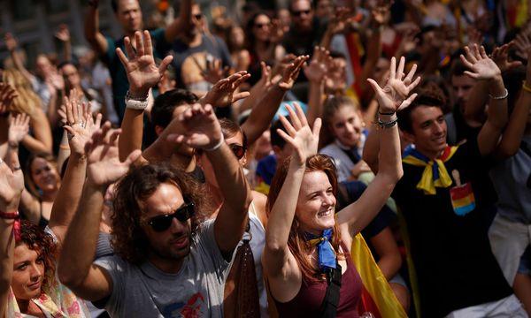 Protest gegen Madrid. Katalanen demonstrieren gegen das gewaltsame Vorgehen der spanischen Polizei am vergangenen Sonntag. / Bild: (c) APA/AFP/PAU BARRENA