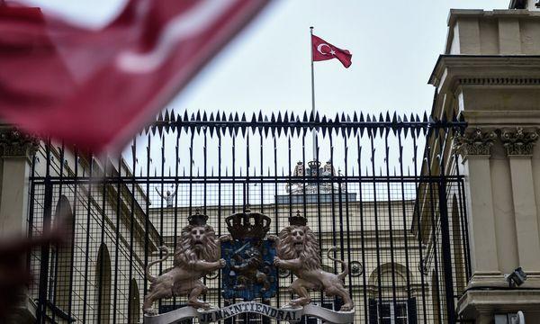 Das niederländische Konsulat in Istanbul wurde von der Polizei abgesperrt. Ein Aktivist ersetzte dort die holländische Fahne durch eine türkische. / Bild: (c) APA/AFP/YASIN AKGUL