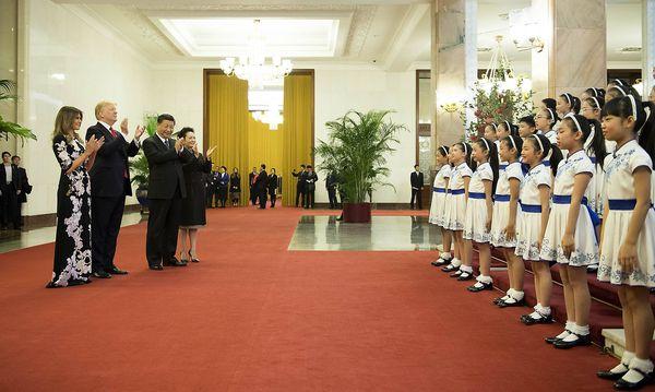 Die Trumps waren ganz entzückt vom Programm, das Chinas Präsident, Xi Jinping, für sie in Peking aufbot.  / Bild: imago/Xinhua