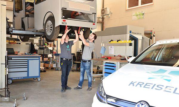 Johann und Philipp Kreisel schrauben am Stimbo.  / Bild: (c) http://mariokienberger.at