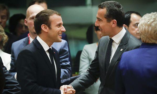 Macron und Kern schütteln sich die Hände. / Bild: APA/BKA/ANDY WENZEL