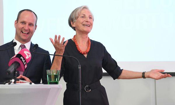 Neos-Chef Matthias Strolz und seine neue Verbündete, Ex-Höchstrichterin Irmgard Griss: Man teile die gleichen Werte und die gleichen Leidenschaften.  / Bild: (c) APA/HELMUT FOHRINGER