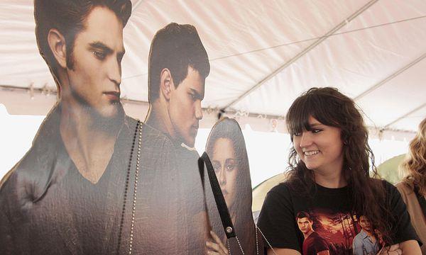 ''Twilight''-Fan: Warten seit Donnerstag / Bild: (c) REUTERS (JASON REDMOND)