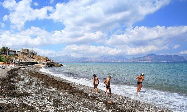 Badegäste in Sizilien auf der Ausschau nach Quallen. / Bild: (c) REUTERS (STRINGER Italy)
