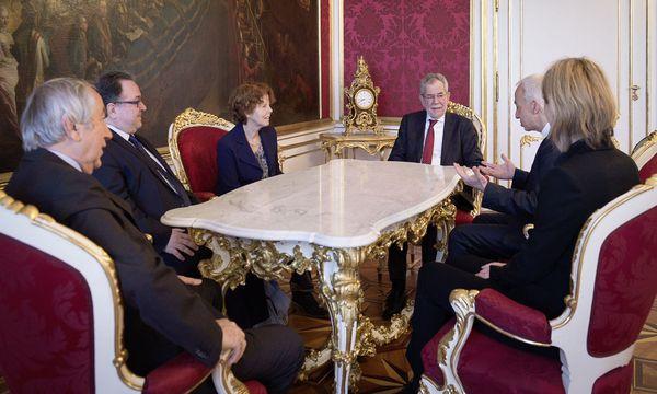 Bundespräsident Alexander Van der Bellen mit Vertretern von NGOs / Bild: (c) APA/HBF/CARINA KARLOVITS