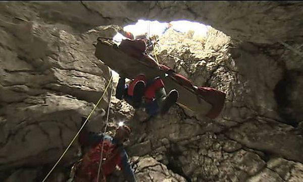 Die letzten Meter: Johann Westhauser ist nach der erfolgreichen Rettung aus der Riesending-Schachthöhle auf dem Weg der Besserung. / Bild: (c) APA/EPA/BAVARIAN MOUNTAIN RESCUE