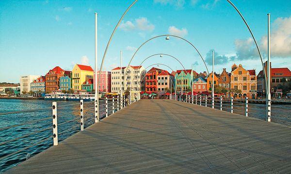 (c) Curaçao Tourist Board  Mobil. Die 1888 errichtete Queen Emma Bridge kann eingeklappt werden.