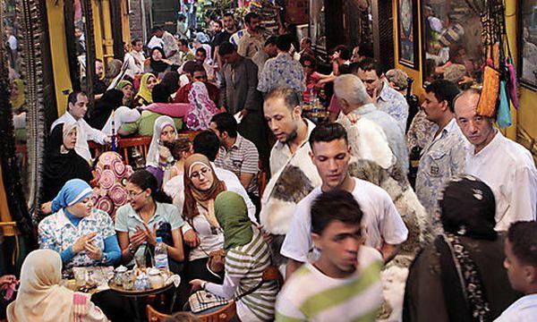 Nach Sonnenuntergang dürfen im Ramadan alle Muslime schmausen. Wer es davor tut, muss mit Strafen rechnen. / Bild: (c) AP (Amr Nabil)