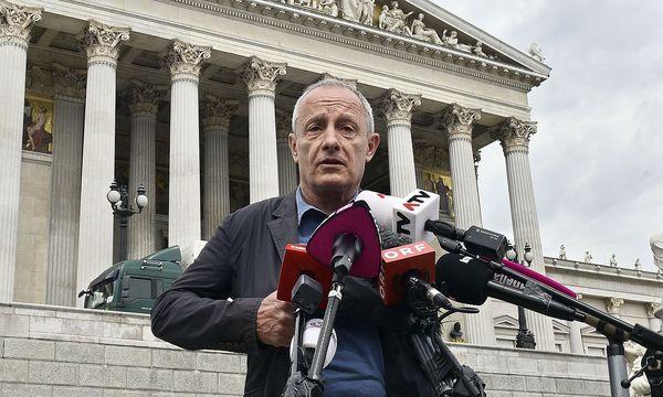 Peter Pilz am Freitag vor dem Parlament. Der Umzusgwagen, den er auf dem Bild verdeckt, passte symbolisch zur Pressekonferenz. / Bild: APA/HANS PUNZ