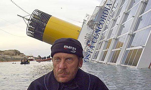 Andrea Costantini vor dem Wrack der ''Costa Concordia'' / Bild: (c) privat