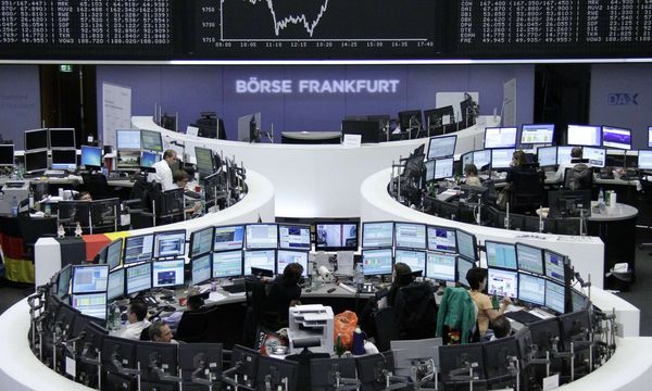 Traders are pictured at their desks in front of the DAX board at the Frankfurt stock exchange / Bild: (c) REUTERS (STRINGER/GERMANY)