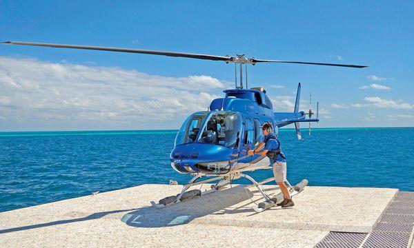 (c) imago/blickwinkel Lautstark. Ein Hubschrauber startet von einem Ponton zu Rundflügen über dem Riff.