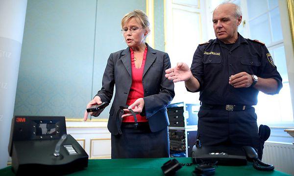 Mit Vollzugsdirektor Peter Prechtl präsentierte Justizministerin Beatrix Karl im September die neue Fußfesseltechnik.  / Bild: APA/GEORG HOCHMUTH