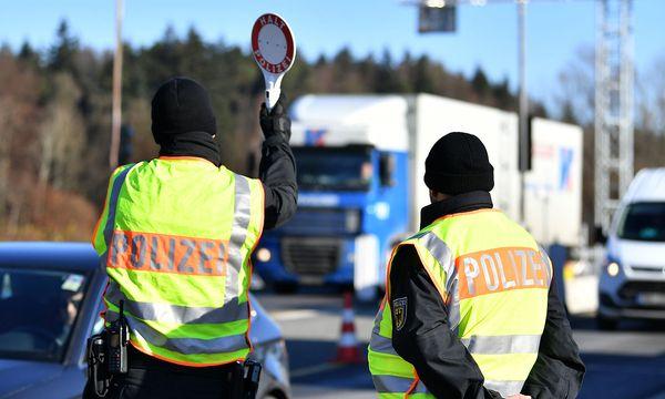 Polizei an der österreichischen Grenze. / Bild: APA/BARBARA GINDL