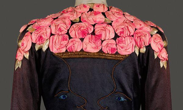(c) Victoria and Albert Museum Historisch. Google Arts & Culture versammelt 3000 Jahre Modegeschichte. Im Bild: Detail eines Schiaparelli-Mantels.