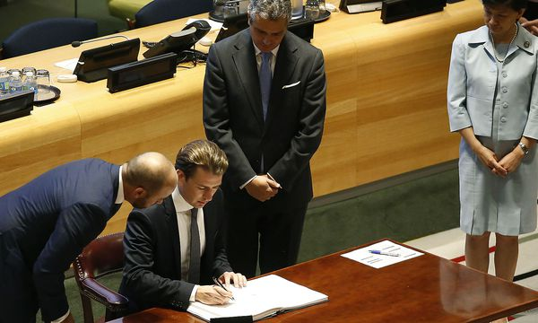 Außenminister Sebastian Kurz unterzeichnete das von ihm beworbene Atomwaffenverbot. / Bild: (c) APA/AUSSENMINISTERIUM/DRAGAN TATIC