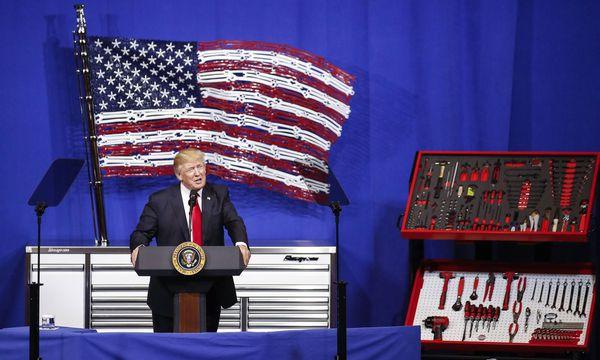 Trump beim Besuch eines Werkzeugherstellers. / Bild: (c) Imago